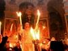 11_griechisch-orthodoxe-moenche-feiern-die-auferstehung-christi-mit-dem-wunder-des-heiligen-feuers.jpg